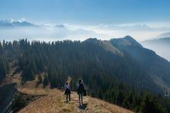Panorama över de schweiziska fjällängarna arkivfoton