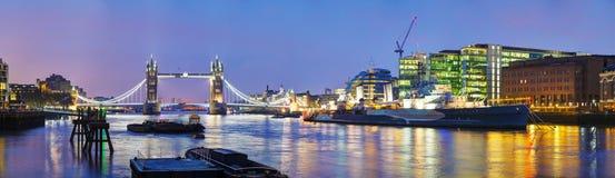 Panorama- överblick av tornbron i London, Storbritannien Arkivfoto
