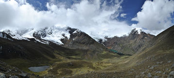 Panorama über dem Betrachten des Tales zwischen den Bergen Tullparahu und Pukaranra, Peru Stockfotos