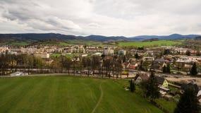 Panorama über einem Grün grasartig in den Bergen stockfoto