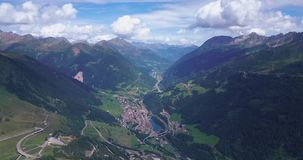 Panorama aéreo bonito dos cumes suíços vídeos de arquivo