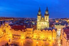 Panorama aéreo crepuscular de la tarde del verano de la plaza y de la iglesia viejas iluminadas de nuestra señora Tyn en Praga, R imagen de archivo