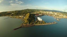 Panorama aéreo da cidade de Legaspi na manhã no alvorecer Contra o contexto do vulcão de Mayon Porto com filme