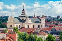 Panorama aéreo da cidade velha de Vilnius com a igreja dominiquense do Espírito Santo fotografia de stock royalty free