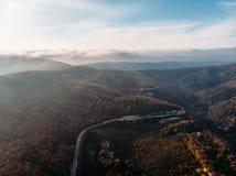 Panorama aéreo da estrada asfaltada na paisagem da montanha, na opinião do zangão de cima de, no curso e na viagem imagem de stock