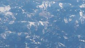Panorama aéreo da montanha dos cumes do avião video estoque