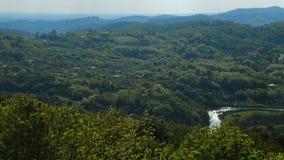 Panorama aéreo da paisagem de Cáucaso, árvores verdes e rio bonito, natureza filme