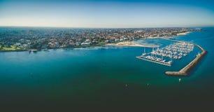 Panorama aéreo de Brighton Marina, de la costa costa, y del suburbio medios Foto de archivo