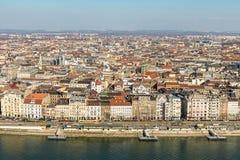 Panorama aéreo de Budapest muitos telhados de construções históricas nos bancos do Don com as docas para o ofício de prazer Hungr fotografia de stock royalty free