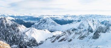 Panorama aéreo de cimeiras nevado da montanha Imagem de Stock Royalty Free