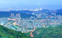 Panorama aéreo de comunidades residenciales suburbanas en Taipei, con la vista de la torre de Taipei 101 entre rascacielos Fotografía de archivo libre de regalías