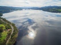 Panorama aéreo de Huon River con las nubes que reflejan en el wate Imágenes de archivo libres de regalías