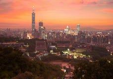 Panorama aéreo de la ciudad céntrica de Taipei con la torre de Taipei 101 entre rascacielos debajo del cielo dramático Foto de archivo libre de regalías