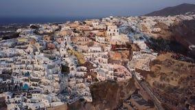 Panorama aéreo de la ciudad de Oia en la puesta del sol, Santorini almacen de video