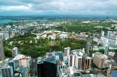 Panorama aéreo de la ciudad y del puerto de la torre del cielo de Auckland en Nueva Zelanda Fotos de archivo libres de regalías