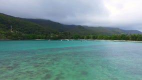 Panorama aéreo de la playa de Lanuay del puerto, Mahe Island, Seychelles almacen de metraje de vídeo