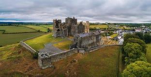 Panorama aéreo de la roca de Cashel en Irlanda fotos de archivo