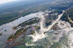 Panorama aéreo de la vista panorámica de las cataratas del Iguazú desde arriba, de un helicóptero Frontera del Brasil y de la Arg fotografía de archivo libre de regalías