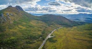 Panorama aéreo de montañas y de colinas verdes a lo largo de Gordon River Imagen de archivo libre de regalías
