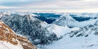 Panorama aéreo de montanhas rochosas cobertos de neve Imagens de Stock Royalty Free
