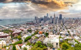 Panorama aéreo de San Francisco en la oscuridad Fotos de archivo libres de regalías