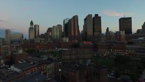 Panorama aéreo del abejón que sorprende 4k de los rascacielos céntricos urbanos modernos de la arquitectura del distrito de Bosto metrajes