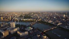 Panorama aéreo del abejón que sorprende del paisaje urbano céntrico de Londres de la arquitectura moderna en el río Támesis metrajes