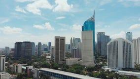 Panorama aéreo del centro de ciudad con los rascacielos Jakarta indonesia almacen de video