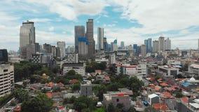 Panorama aéreo del centro de ciudad con los rascacielos Jakarta indonesia metrajes