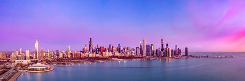 Panorama aéreo del paisaje urbano de la puesta del sol de la salida del sol del horizonte de Chicago foto de archivo
