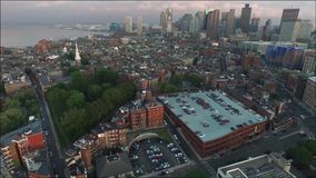 Panorama aéreo del paisaje urbano que sorprende 4k en el edificio moderno céntrico del rascacielos del distrito financiero de Bos almacen de metraje de vídeo