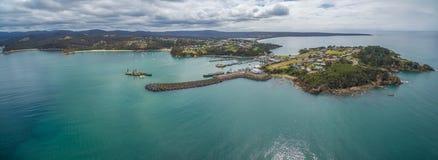 Panorama aéreo del punto del puesto de observación donde reloj de la gente para las ballenas y el muelle en Eden, NSW, Australia Fotografía de archivo libre de regalías