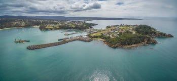 Panorama aéreo del punto del puesto de observación donde reloj de la gente para las ballenas y el muelle en Eden, NSW, Australia Fotografía de archivo