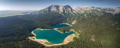Panorama aéreo do lago preto em Montenegro Fotos de Stock