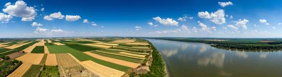 Panorama aéreo dos campos e do Danúbio Imagem de Stock
