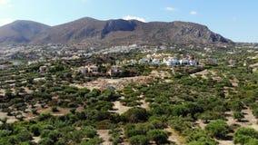 Panorama aéreo em montanhas da Creta de Grécia, em vila, em casas da exploração agrícola e em oliveiras filme