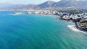 Panorama aéreo en las aguas de la turquesa, lagunas, playas, mosca sobre el mar almacen de video