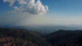 Panorama aéreo hermoso de las montañas metrajes