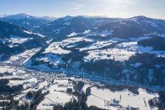 Panorama aéreo hermoso del abejón del valle, del camino y de los pueblos de la montaña en el invierno frío DA fotos de archivo