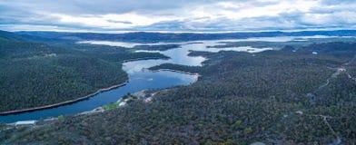 Panorama aéreo hermoso del lago Jindabyne y del río Nevado, nuevo Fotos de archivo