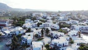 Panorama aéreo nas casas gregas brancas, Creta video estoque