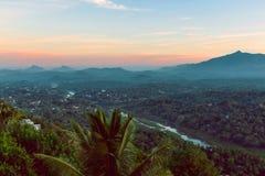 Panorama aéreo nevoento de Kandy imagens de stock royalty free