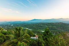 Panorama aéreo nevoento de Kandy fotos de stock