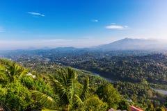 Panorama aéreo nevoento de Kandy foto de stock