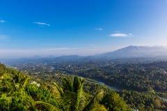 Panorama aéreo nevoento de Kandy imagens de stock
