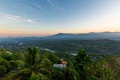 Panorama aéreo nevoento de Kandy imagem de stock