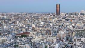 Panorama aéreo sobre tejados de las casas en un día de París al timelapse de la noche almacen de metraje de vídeo