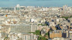 Panorama aéreo sobre tejados de las casas en un timelapse de París metrajes