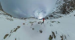 Panorama aérien d'un homme seul se tenant dans les montagnes Photographie stock libre de droits