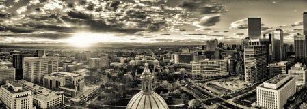 Panorama aérien de bourdon - coucher du soleil d'or renversant au-dessus du bâtiment de capitale de l'État du Colorado et du Rock Photographie stock